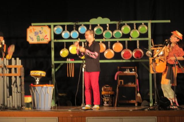 音楽劇団「てんてこ」の学校公演に行く。